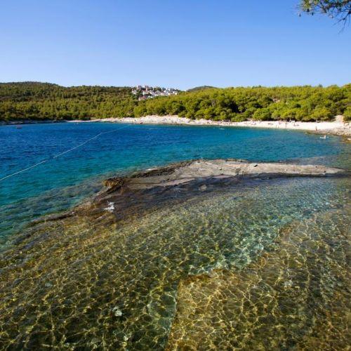Une plage sauvage sur l'île de Vis en Croatie