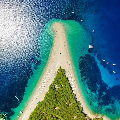 Vue aérienne de la plage de Zlatni Rat sur l'île de Brac en Croatie