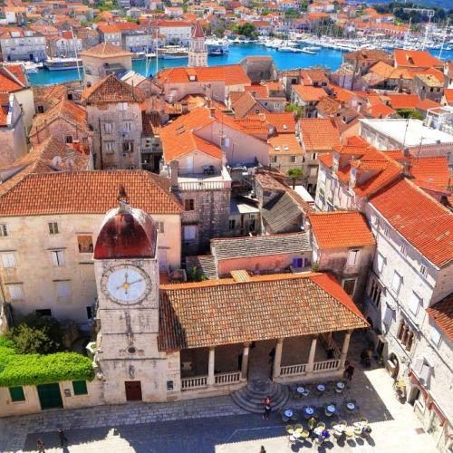Panorama estival de la ville de Trogir et de son clocher en Croatie