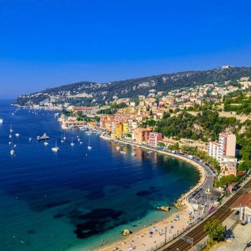 La baie de Villefranche-sur-mer sur la Côte d'Azur avec quelques yachts à l'ancre