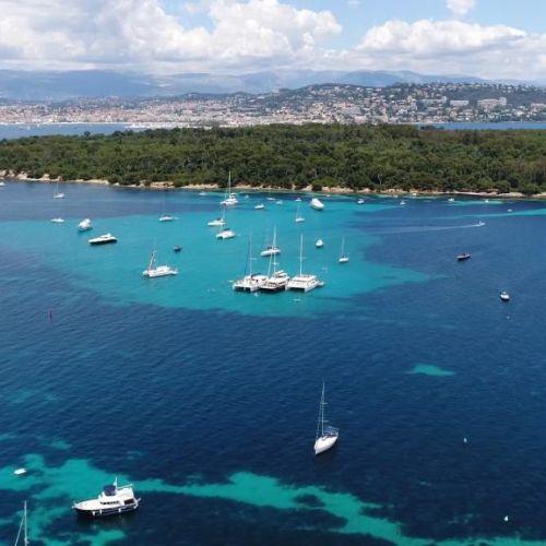 Les îles de Lérins dans la baie de Cannes avec des yachts de location au mouillage