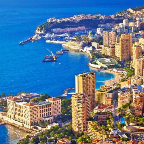 Vue aérienne de Monaco et de ses bâtiments avec l'entrée du port Hercule