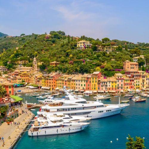 Le village coloré de Portofino avec des yachts luxueux amarrés dans la marina