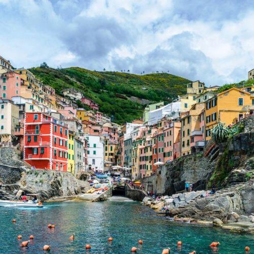 Le village de Riomaggiore et ses maisons traditionnelles colorées dans les Cinque Terre en Italie