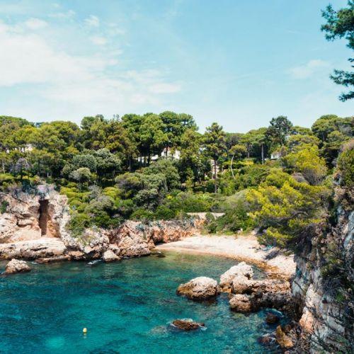 Une crique sauvage du Cap d'Antibes sur la Côte d'Azur