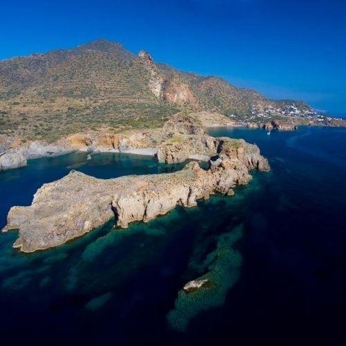 Vue aérienne du littoral de Panarea dans les îles éoliennes en Sicile