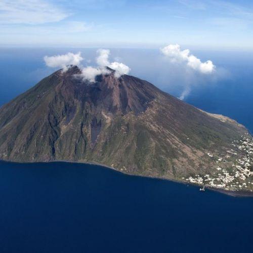 L'île de Stromboli et son volcan actif dans les îles éoliennes en Sicile