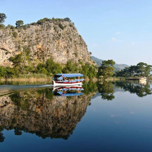 Un tour en bateau sur la rivière Dalyan en route vers le site historique de Caunos