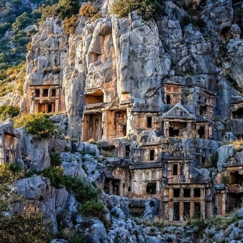 Les tombes lyciennes creusées dans la roche dans la cité historique de Caunos en Turquie
