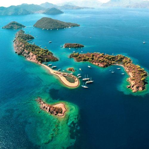 Des îlots paradisiaques au large de Göcek en Turquie avec des yachts de location à l'ancre