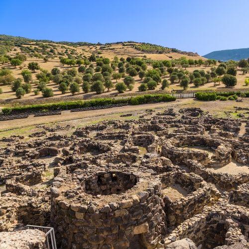 Les structures en pierres datant de la culture nuragique à Su Nuraxi Di Barumini en Sardaigne