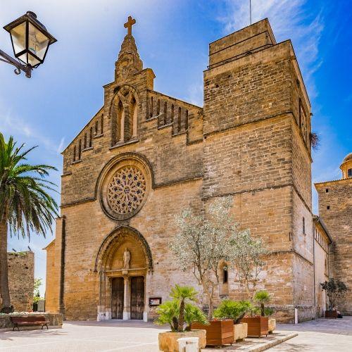 L'église Sant Jaume dans la vieille ville d'Alcudia dans les îles Baléares