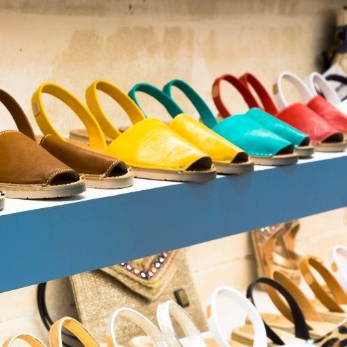 Les fameuses sandales colorées traditionnelles de l'île de Minorque avec leur production artisanale