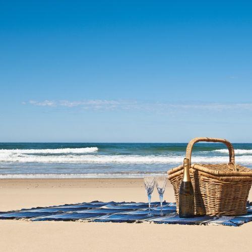Un panier de picnic sur une superbe plage