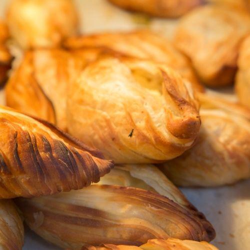 Les pastizzi à base de pâte feuilletée une spécialité culinaire locale à Malte