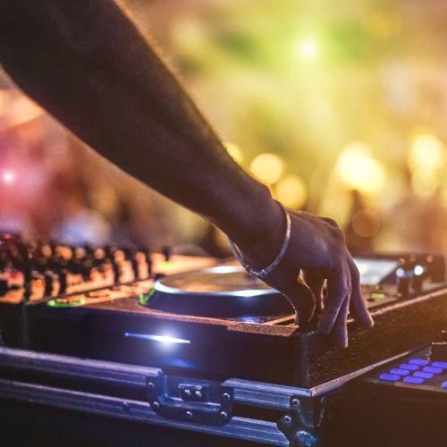 Un DJ jouant devant une foule lors d'une fête à Mykonos dans les îles Cyclades en Grèce