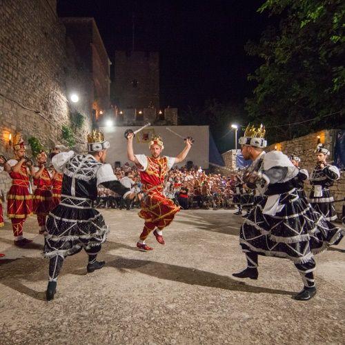 Scène de bataille lors d'un spectacle de danse traditionnelle Moreska sur l'île de Korcula en Croatie