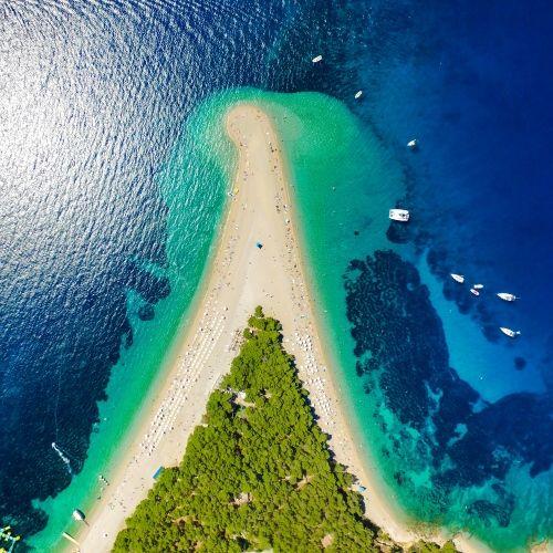 Vue aérienne de la plage singulière de Zlatni Rat en Croatie avec des yachts au mouillage