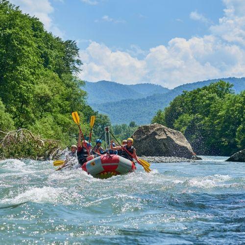 Descente en rafting dans une rivière de montagne