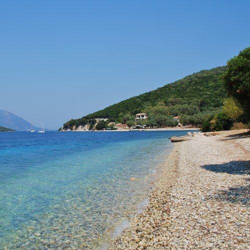 Une petite crique pittoresque sur l'île de Meganissi dans les îles ioniennes en Grèce