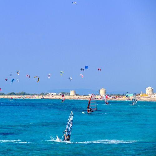 Planches à voile, kite-surfs et autres sports nautiques à Vasiliki sur l'île de Lefkada en Grèce