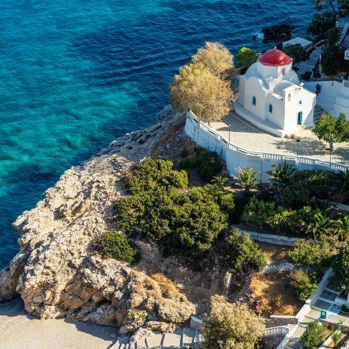 Le superbe monastère de Kyra Panagia avec sa coupole rouge et les eaux turquoise de la Méditerranée