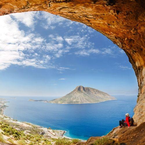 Un randonneur sur l'île de Kalymnos avec ses falaises et ses paysages spectaculaires