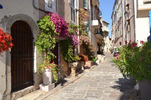 Une rue du vieux quartier de Cannes Le Suquet pendant l'été