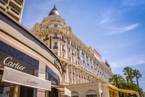 La boutique Cartier et l'hôtel Carlton sur la Croisette à Cannes