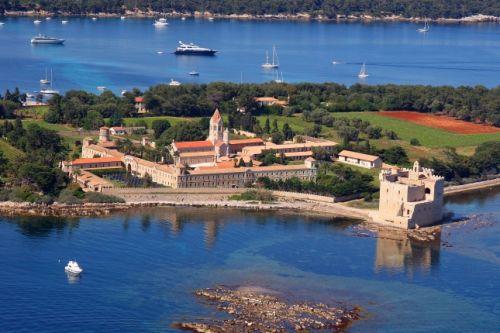 Un superbe panorama de l'Abbaye de Lérins sur l'île Saint-Honorat à Cannes
