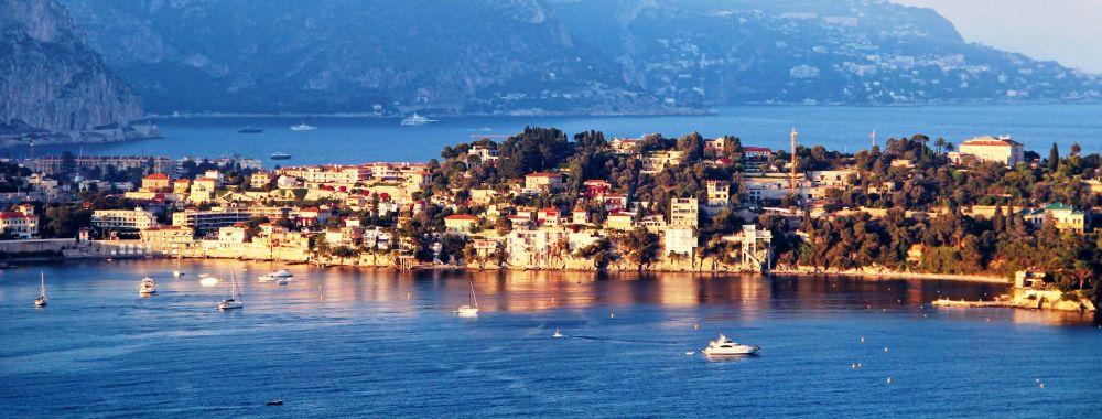 La presqu'île de Sain-Jean-Cap-Ferrat avec des bateaux à l'ancre sur la Côte d'Azur