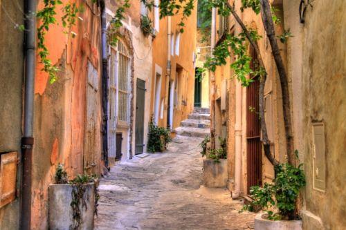 Une ruelle de Saint-Tropez en été