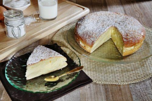 Une part de tarte tropézienne, la spécialité pâtissière de Saint-Tropez