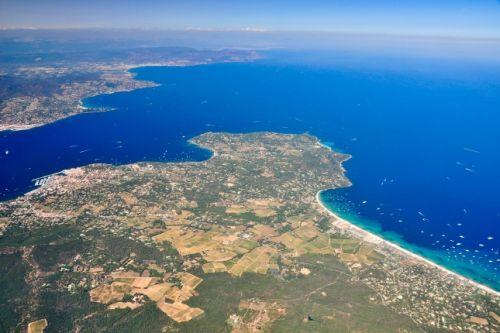 Panorama sur le Golfe de Saint-Tropez et la plage de Pampelonne avec des yachts de location