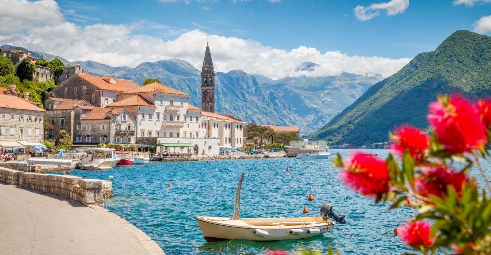 La ville côtière de Perast au Montenegro par une belle journée ensoleillée avec des petits bateaux amarrés