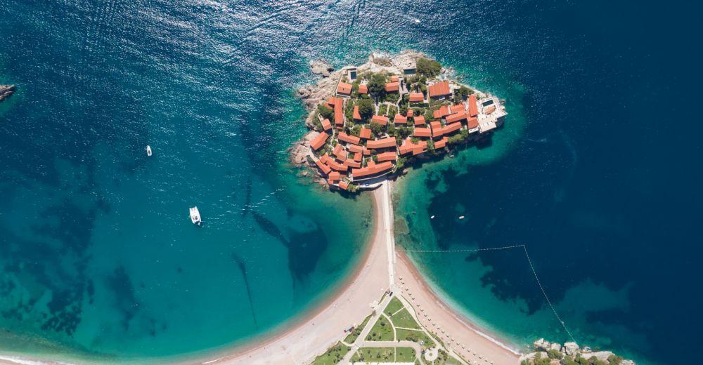 L'île de Sveti Stefan et son complexe hôtelier dans le sud du Montenegro