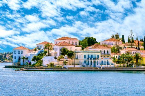 Des bâtiments en bord de mer sur l'île de Spetses en Grèce