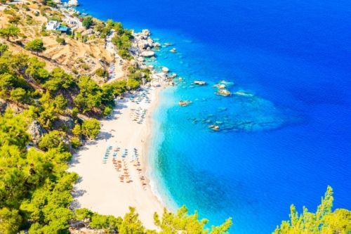 Une plage de sable blanc et des eaux turquoises sur l'île grecque secrète de Karpathos