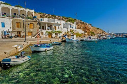 Des bateaux de pêche et un village de pêcheurs sur l'île grecque de Sifnos