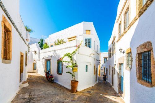 Ruelles et maisons typiques de l'île de Patmos en Grèce par une belle journée ensoleillée