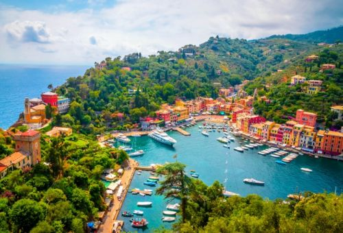 Vue aérienne sur la marina colorée de Portofino en Italie avec des yachts amarrés dans le port