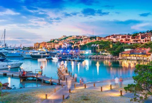 La marina de Porto Cervo en Sardaigne à la tombée de la nuit avec des yachts amarrés
