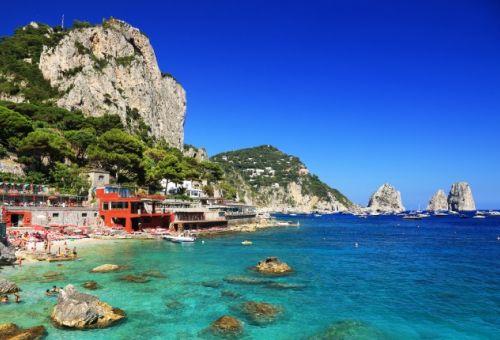 Le mouillage paradisiaque de Marina Piccola à Capri, en Italie, avec des yachts à l'ancre