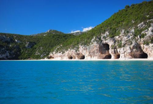 Vue sur la plage de Cala di Luna avec ses cavités rocheuses dans le golfe d'Orosei en Sardaigne