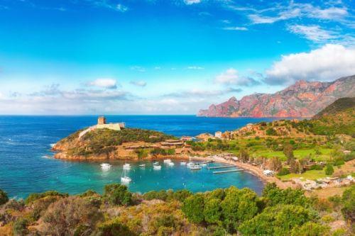 La baie de Girolata est l'un des plus beaux mouillages pour une location de yacht en Corse