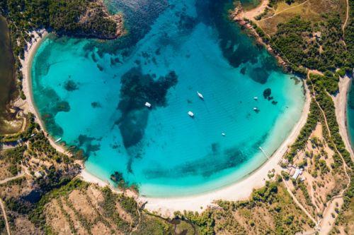 Vue aérienne de la superbe plage de sable de Rondinara avec ses eaux turquoises en Corse