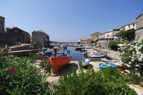 Le charmant village de Centuri construit autour d'un petit port