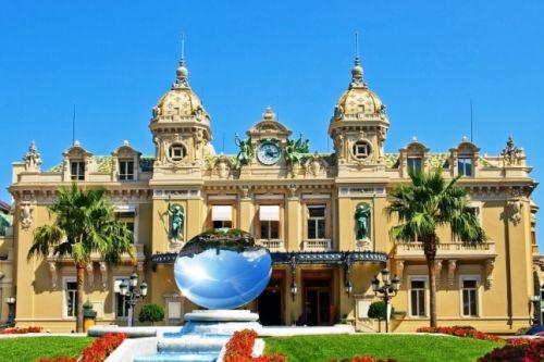 Le superbe bâtiment Belle Epoque du Casino de Monaco sous une belle journée ensoleillée