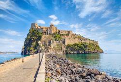 L'île d'Ischia avec son château médiéval dans la baie de Naples en Italie
