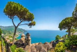 Vue panoramique du village de Ravello avec son églises, ses pins et la mer Méditerranée